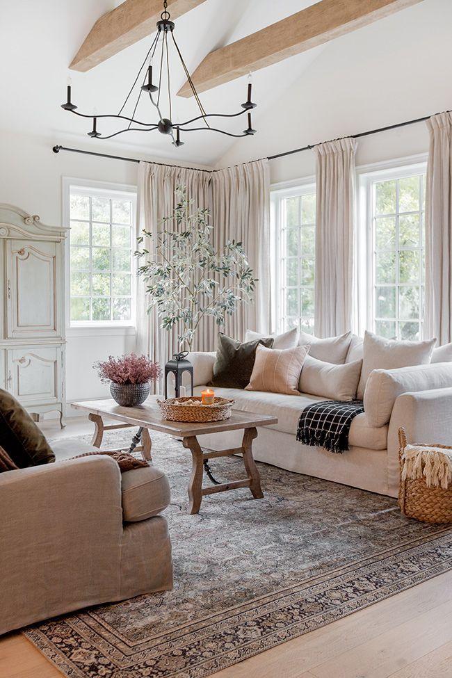 Photo of Klassisches Wohnzimmer | Kissendekoration auf Sofa | Couchtisch dekorieren