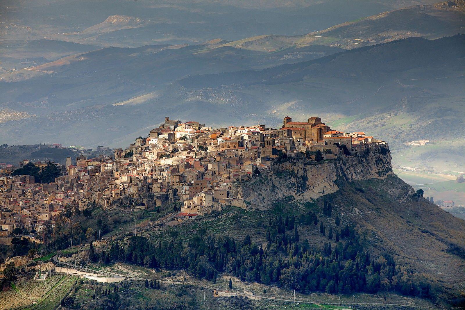 Durante le prossime due settimane scopriremo insieme Enna, la provincia più alta d'Italia. Fra chiese e castelli quattrocenteschi, la città si erge su di un paesaggio ricco di boschi e specchi d'acqua, che affascinano il viaggiatore attento.