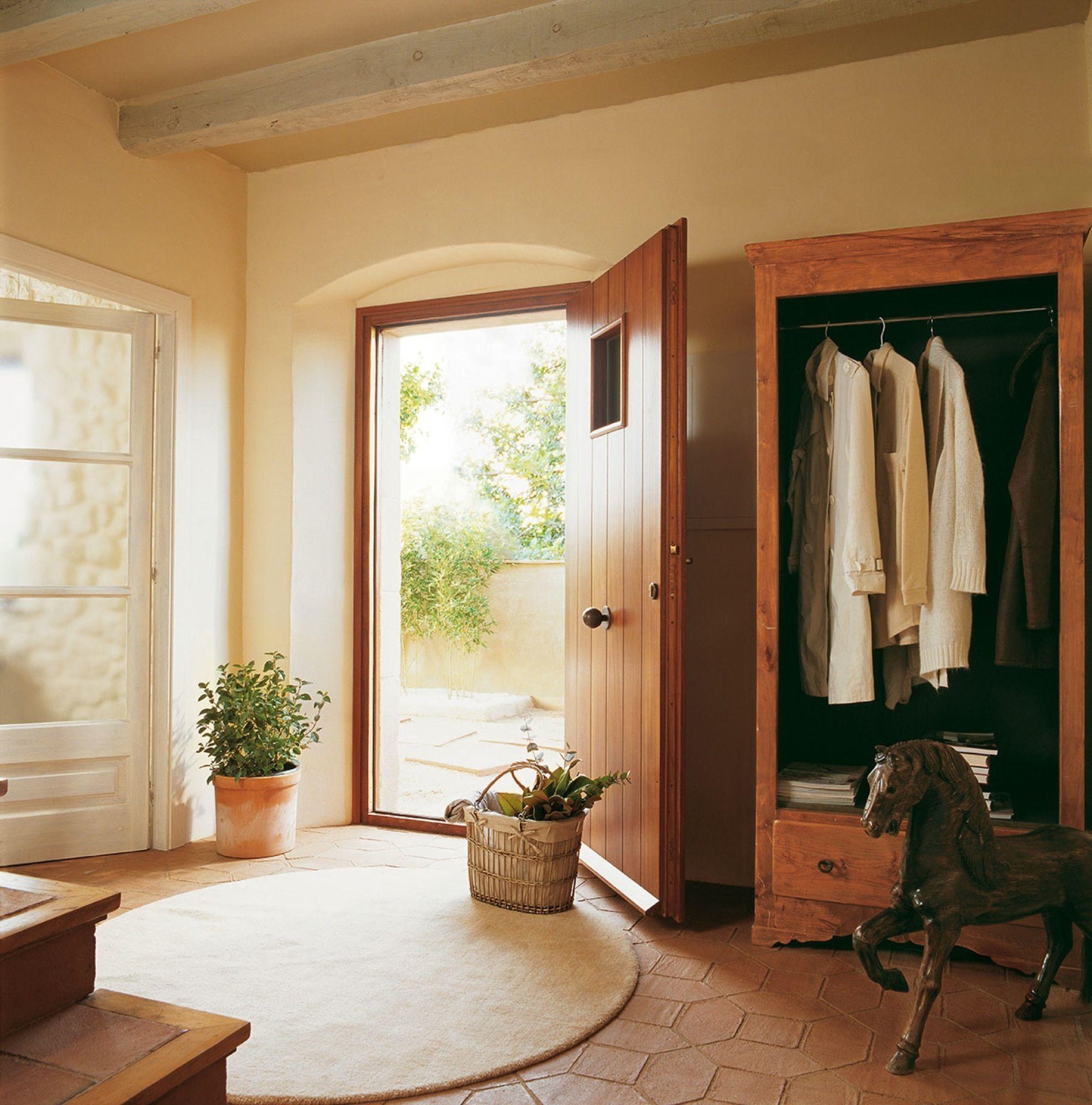 Una entrada de casa de campo con color puertas y for Armario de pared con entrada equipada