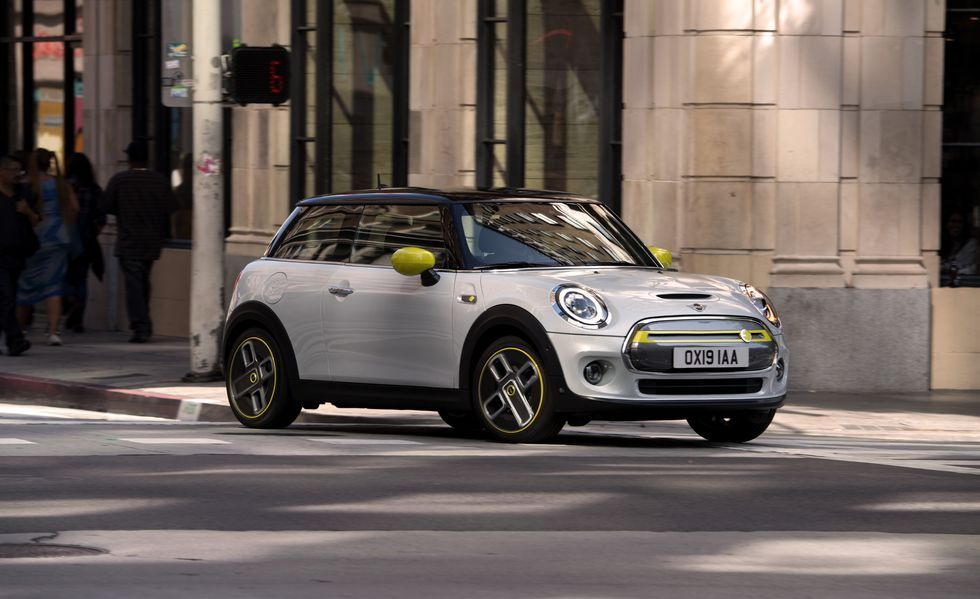 2022 Mini Cooper Electric Review Pricing And Specs Electric Cars Mini Cooper Bmw