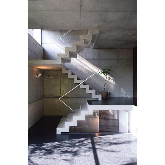 みかんぐみによる棟。むきだしの階段も壁面もコンクリート打放し。細い金属パイプが軽快な動きで視線を垂直方向に誘導する。