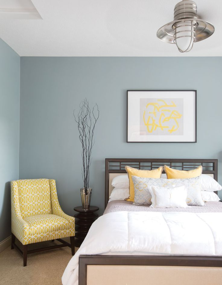 Gray Blue Yellow Bedroom have nearby bathroom yellow with blue accents | chambre à coucher