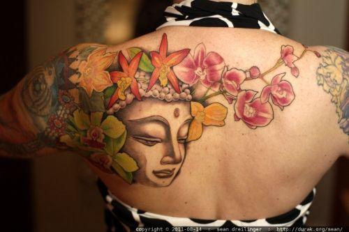 Tatouage Bouddhiste Femme Epaules Et Dos Avec Fleurs Lotus Cerisier