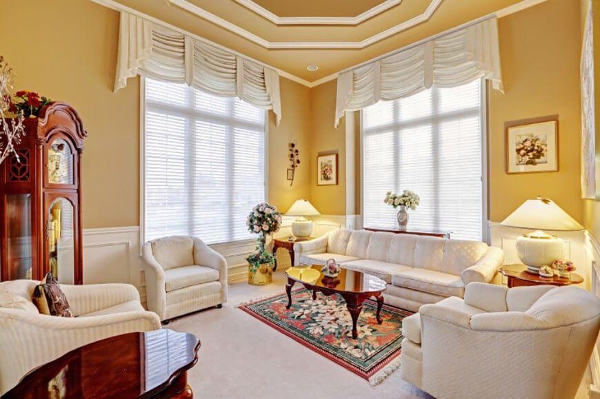In ein traditionelles, elegantes Wohnzimmer steht eine warme - wohnzimmer gelb weis