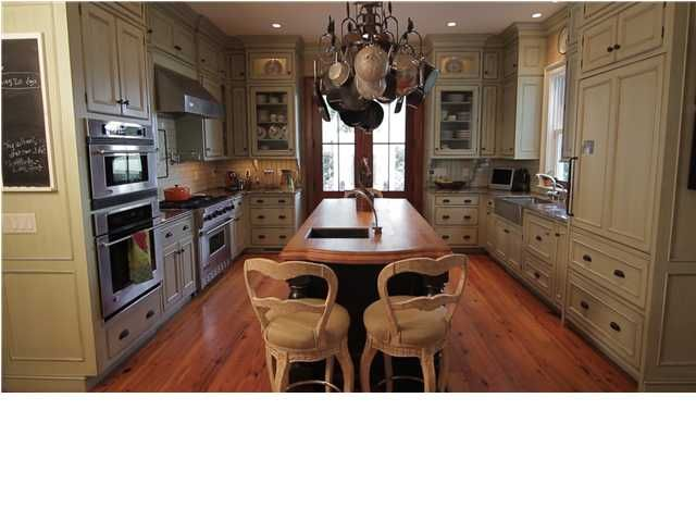 What wonderful kitchen cabinetry! Click here to see the rest of the house! #CharlestonSCRealEstate