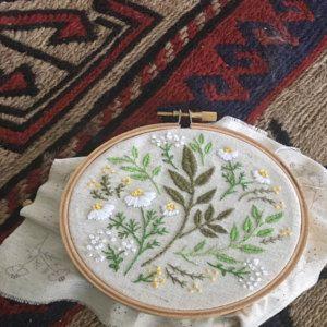 Flores verdes, kit de bordado, idea de regalo de Navidad - hojas verdes - regalo de navidad para el compañero de trabajo, arte del aro del bordado, kit de bricolaje, Tamar Nahir