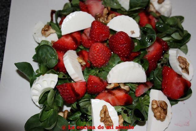 Ensalada de fresas, nueces y queso fresco