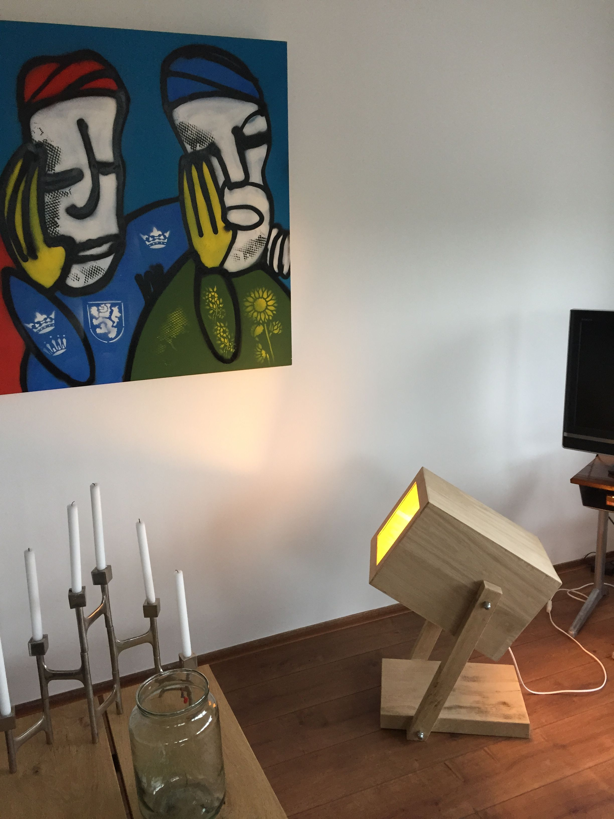 Wat een coole industriële lamp. Compleet van hout gemaakt en afgewerkt met stalen bouten. Bijna vintage maar dan gemaakt van recycled hout.  En wateren fantastisch schilderij van #fabian-art.nl #houtvanjou.nl