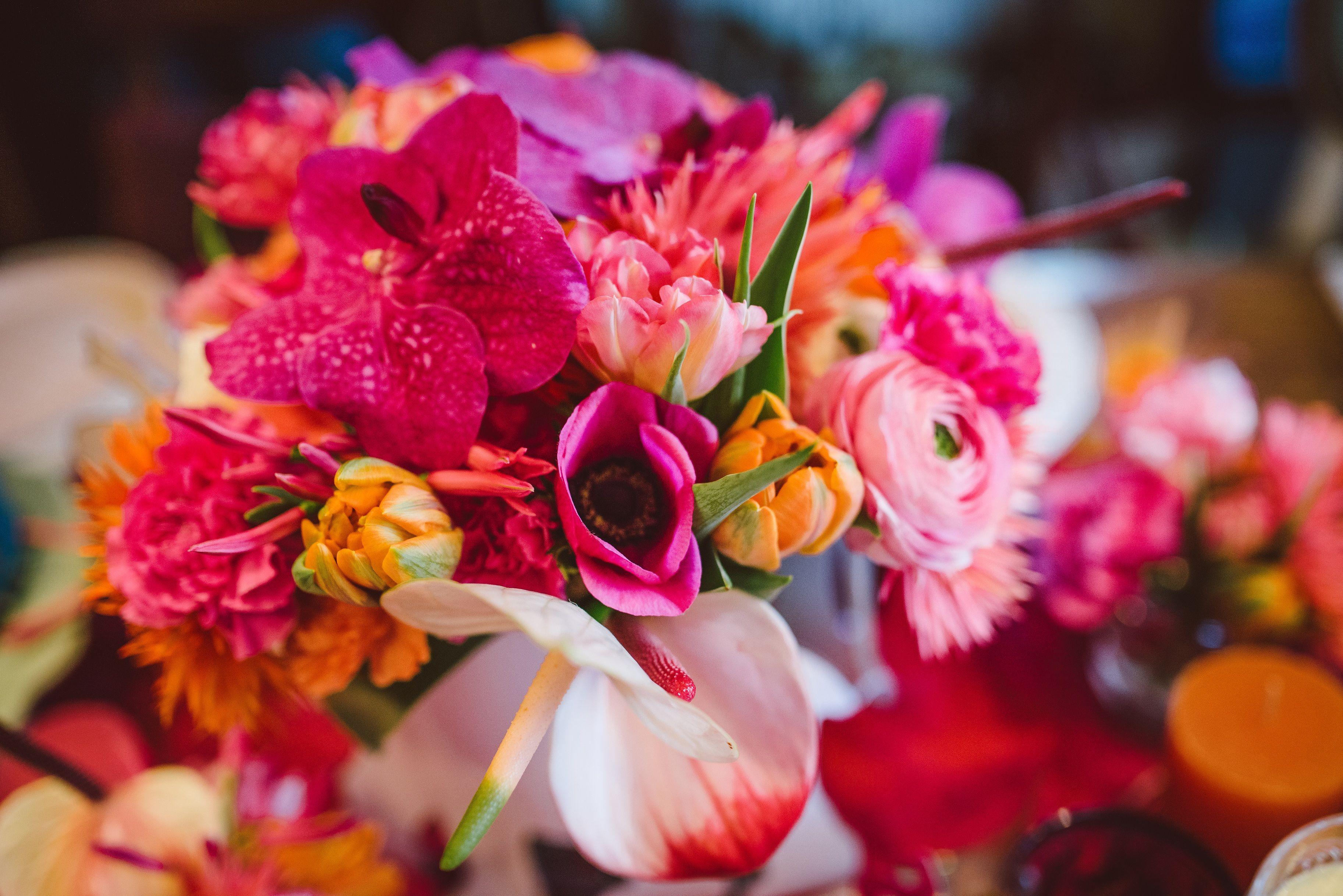 babyshower bollywood Blumendekoration in rosa gelb und orange