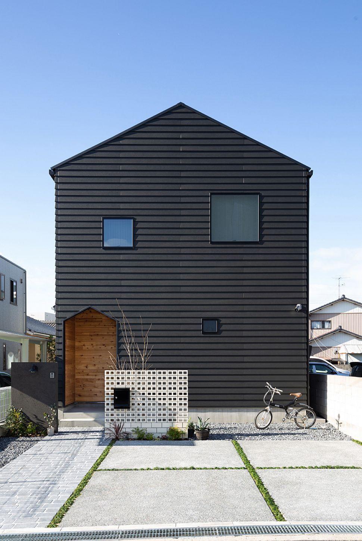 黒色のラップサイディングの外壁に 三角屋根の可愛いフォルムが印象的