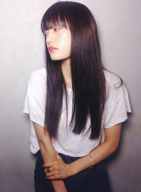 黒髪個性派バングのストレートロング 髪型ロング ヘアスタイル