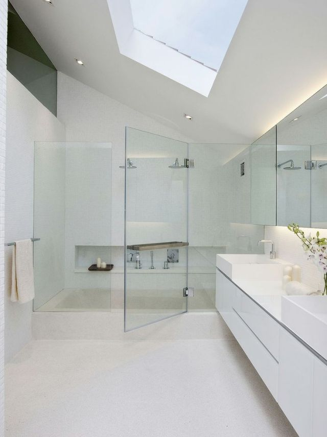 Bad Gestaltung Dachschräge Oberlicht Weiß Glaswand Tür