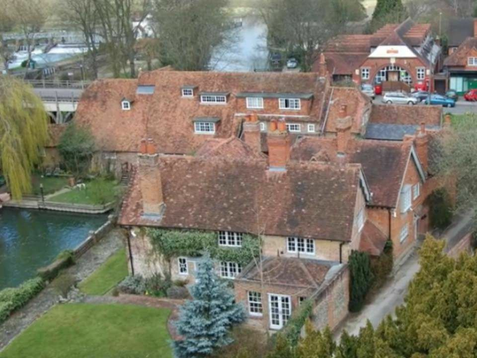 George Michael S House Goring On Thames Home Love Cabins Cottages