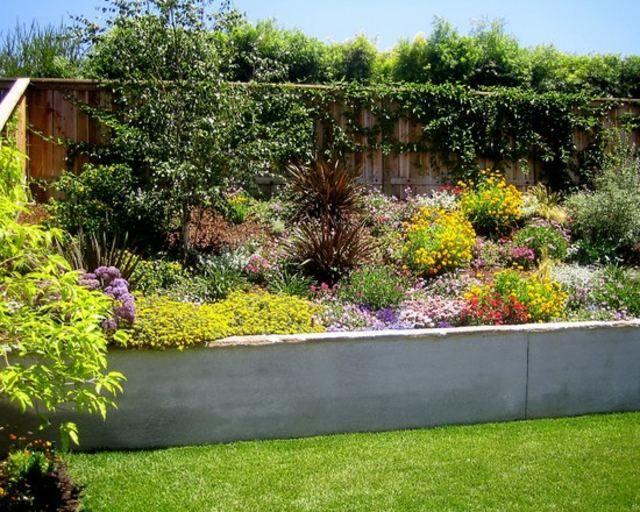 Muro de hormig n y jard n en pendiente patio pinterest for Jardines en pendiente