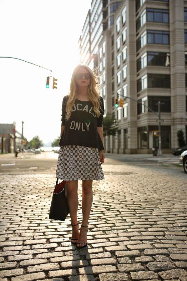 Para os dias de calorzinho, saia confortavel, camiseta e sandalia.