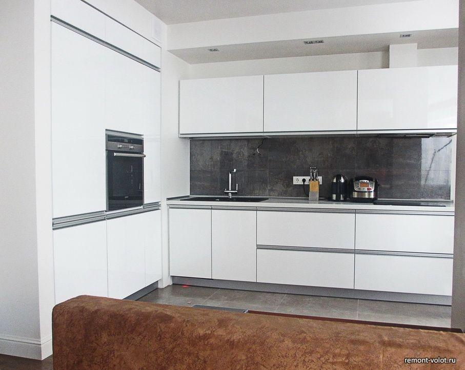 белая глянцевая кухня 87 квм в квартире студии за 5500