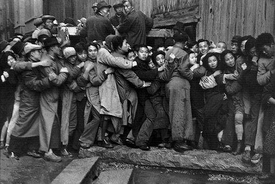 Henri Cartier-Bresson - In coda per l'oro, Shangai, Cina, dicembre 1948-gennaio 1949.