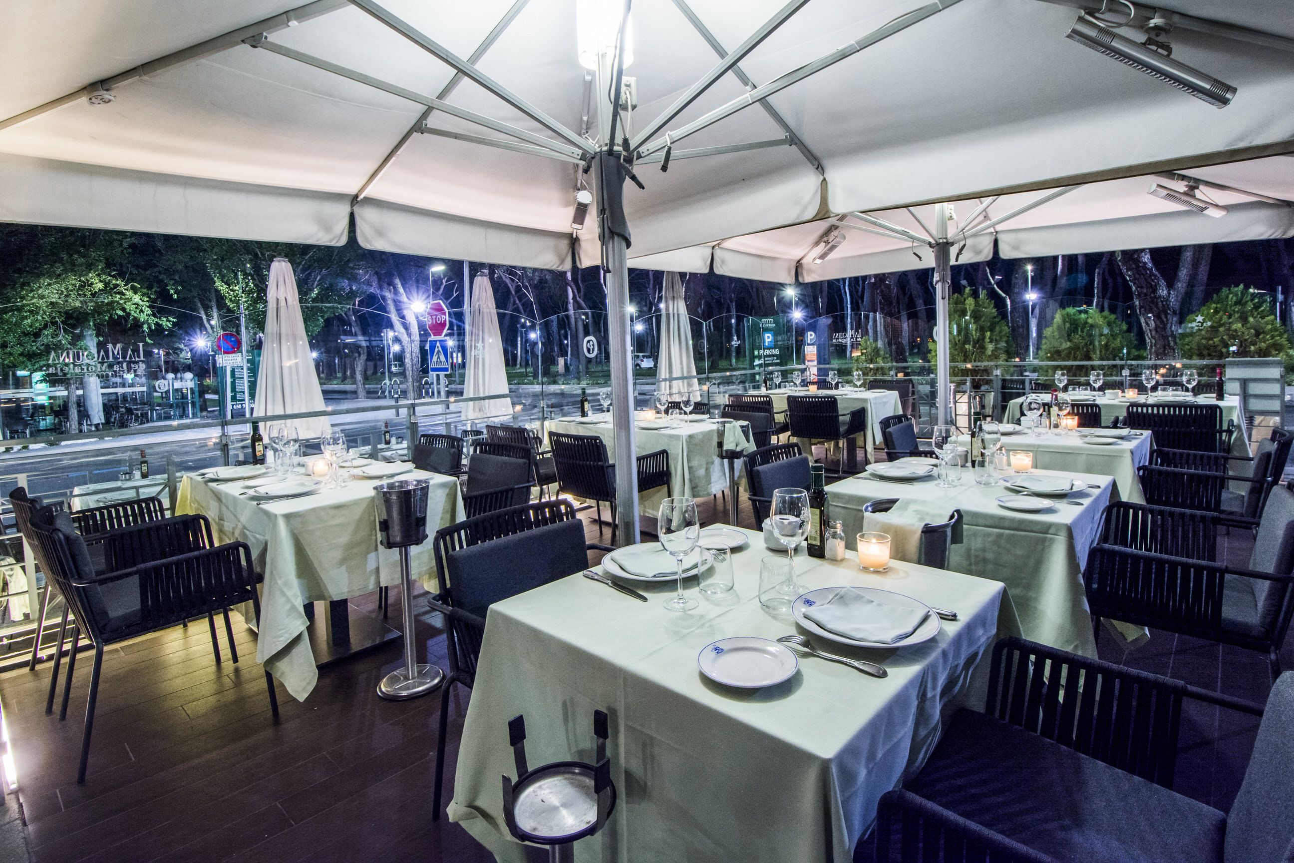 Para Comer En La Terraza Iluminada De Noche De La Máquina De La Moraleja Maquinista Restaurantes Espacio Privado