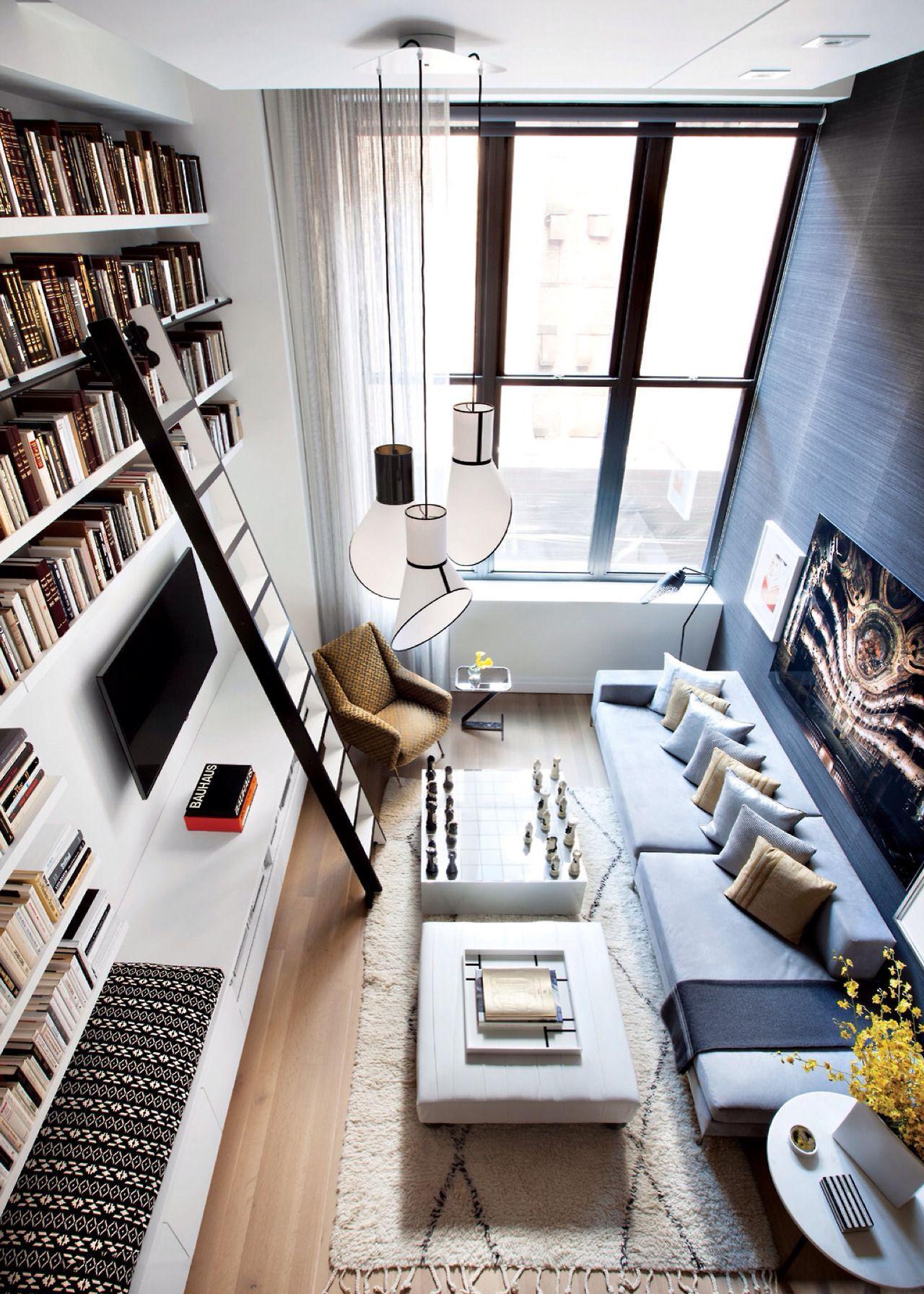 Schmales und hohes Wohnzimmer mit toller Einrichtung