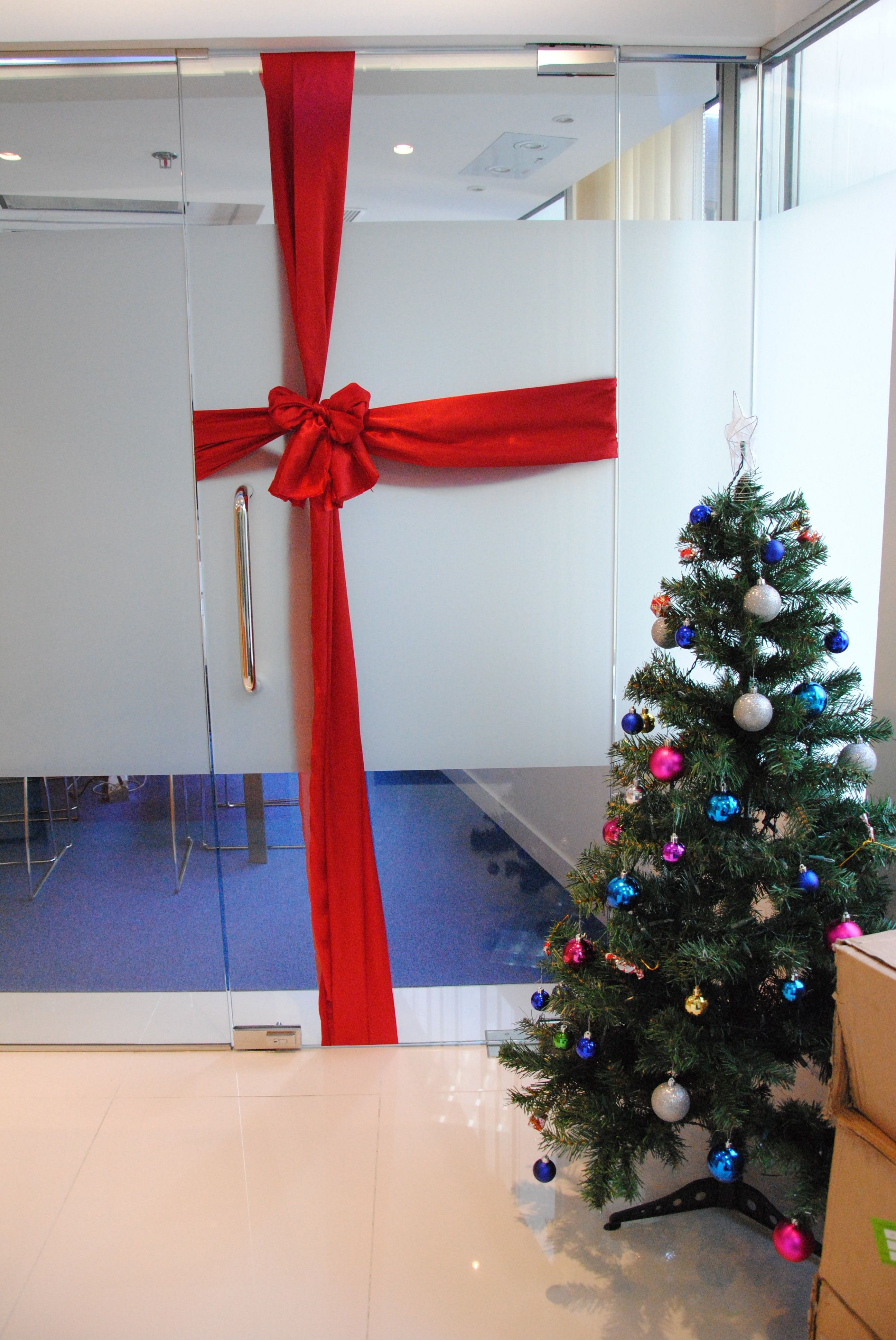 Christmas decoration in office - turn doors into gifts | WSK Events ...