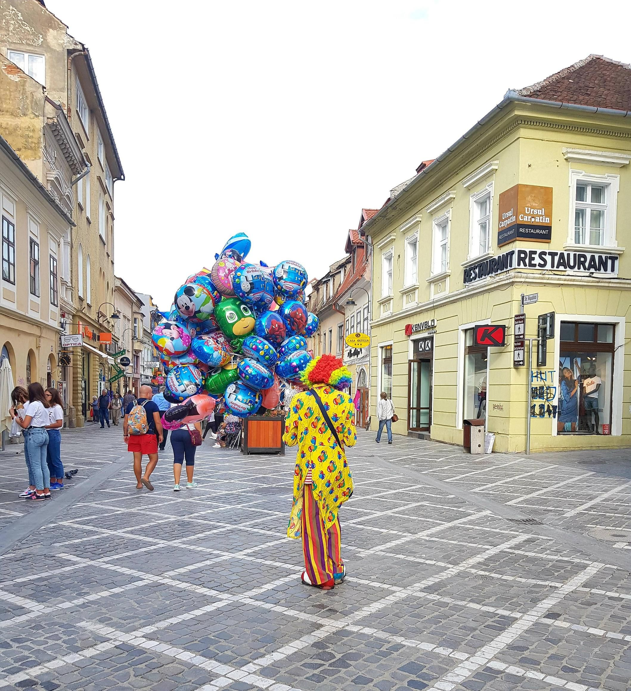 ITAP of a clown holding some balloons#PHOTO #CAPTURE #NATURE #INCREDIBLE