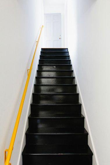 Peindre Escalier En Bois Couleur Noir Et Rampe Jaune Mur Blanc Our