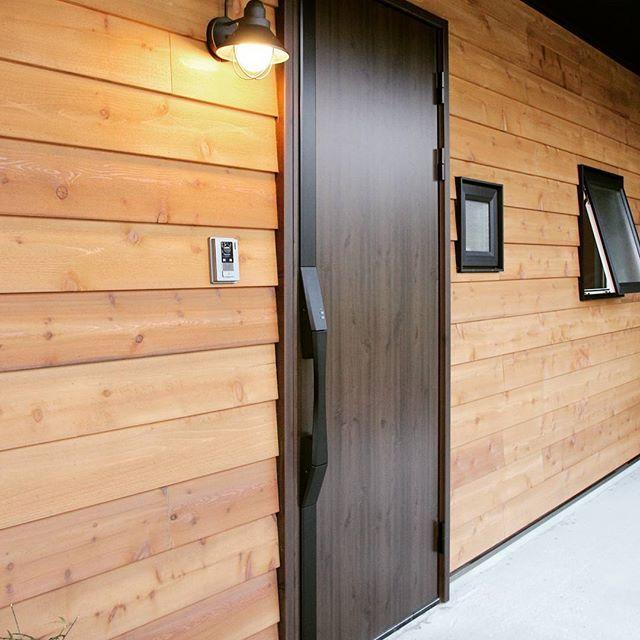 木製サイディングに塗装が入り 玄関ドアもつきました ポーチ灯は最後の