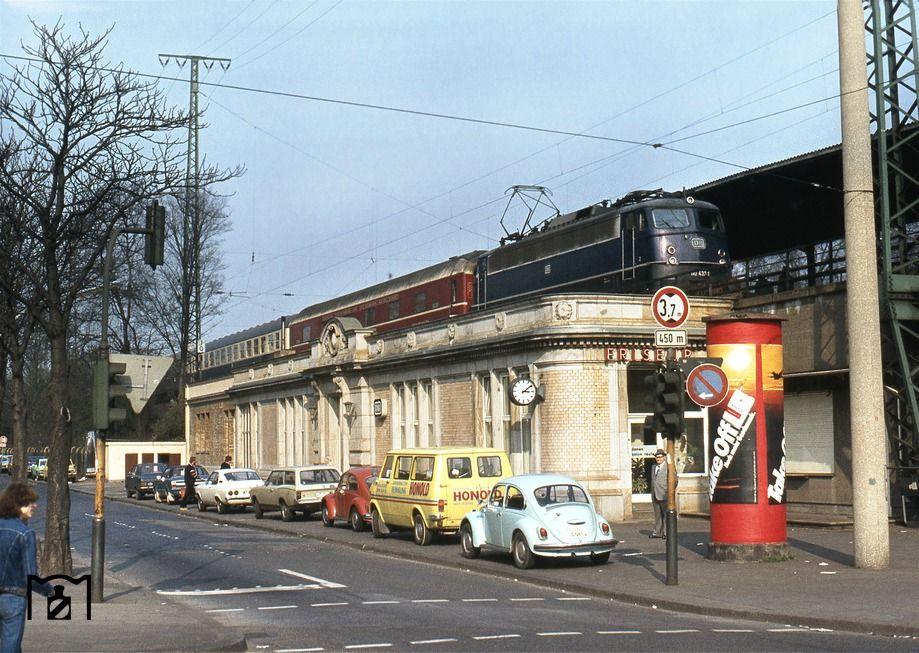 110 4371 rauscht mit einem Schnellzug Dortmund