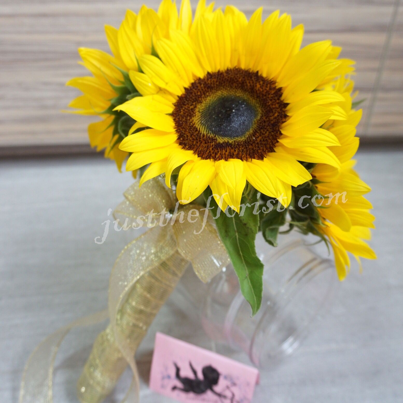 Sunflowers Are Symbolic Of Adoration Sunflower Hydra Rose Bouquet Valentine Rom Wedding Events Motherday Flower Delivery Hand Bouquet Rainbow Roses