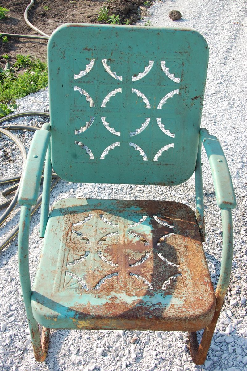 I Just Love These Vintage Metal Lawn Chairs. Love This Piecrust Design!