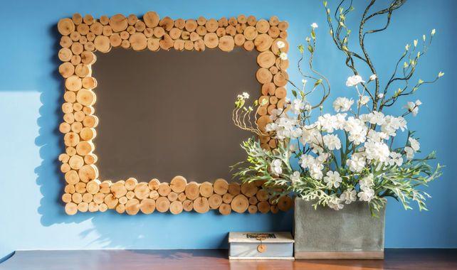 Precioso espejo con marco de rodajas de madera for Espejos con marco de madera decorados