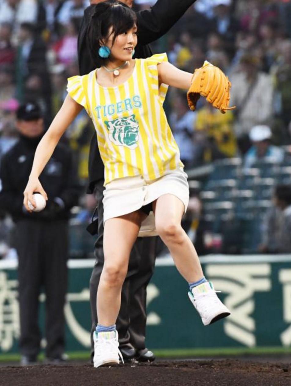 さや姉始球式!投球時胸の張りはプロ級?/写真特集 - プロ野球 : 日刊スポーツ