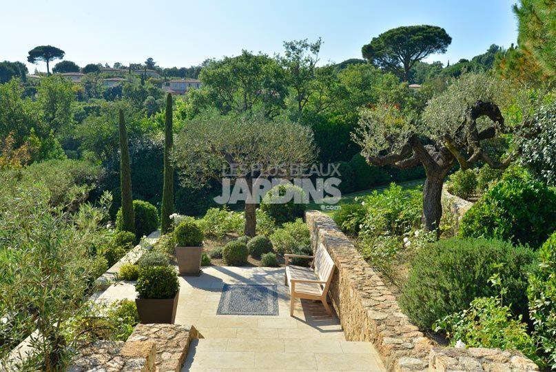 dans ce vaste jardin avec piscine au c ur de la provence la maison d limite deux espaces bien. Black Bedroom Furniture Sets. Home Design Ideas