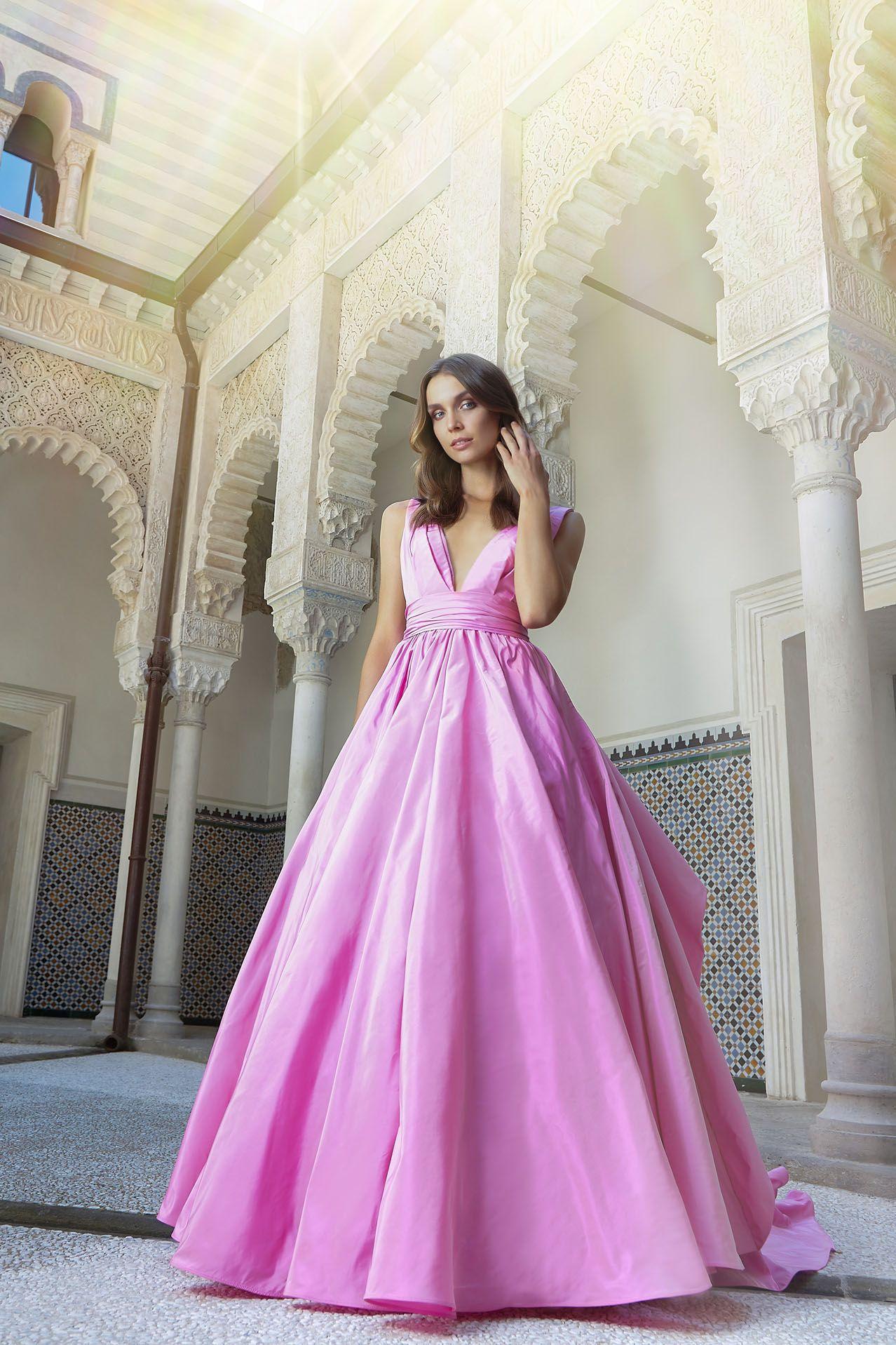 MODELLO LV 0618 Splendido abito da sposa in taffetà di seta pura con scollo  a V ba4f26b7539