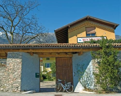 Casa Del Noce Villa Lagarina Nestled in the village of Villa Lagarina, Casa del Noce is a small, family-run guest house, 3 km from Rovereto. It offers colourful, modern rooms with TV and private bathroom.  A continental breakfast is served every morning.