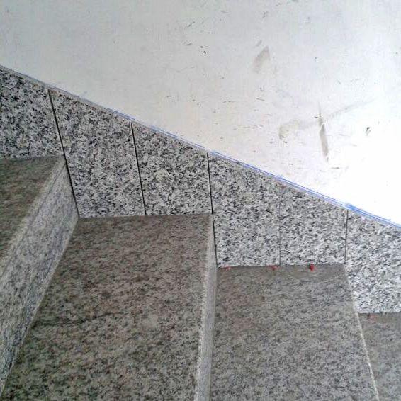 Remate de escalera de piedra con zcalo de piedra La piedra del