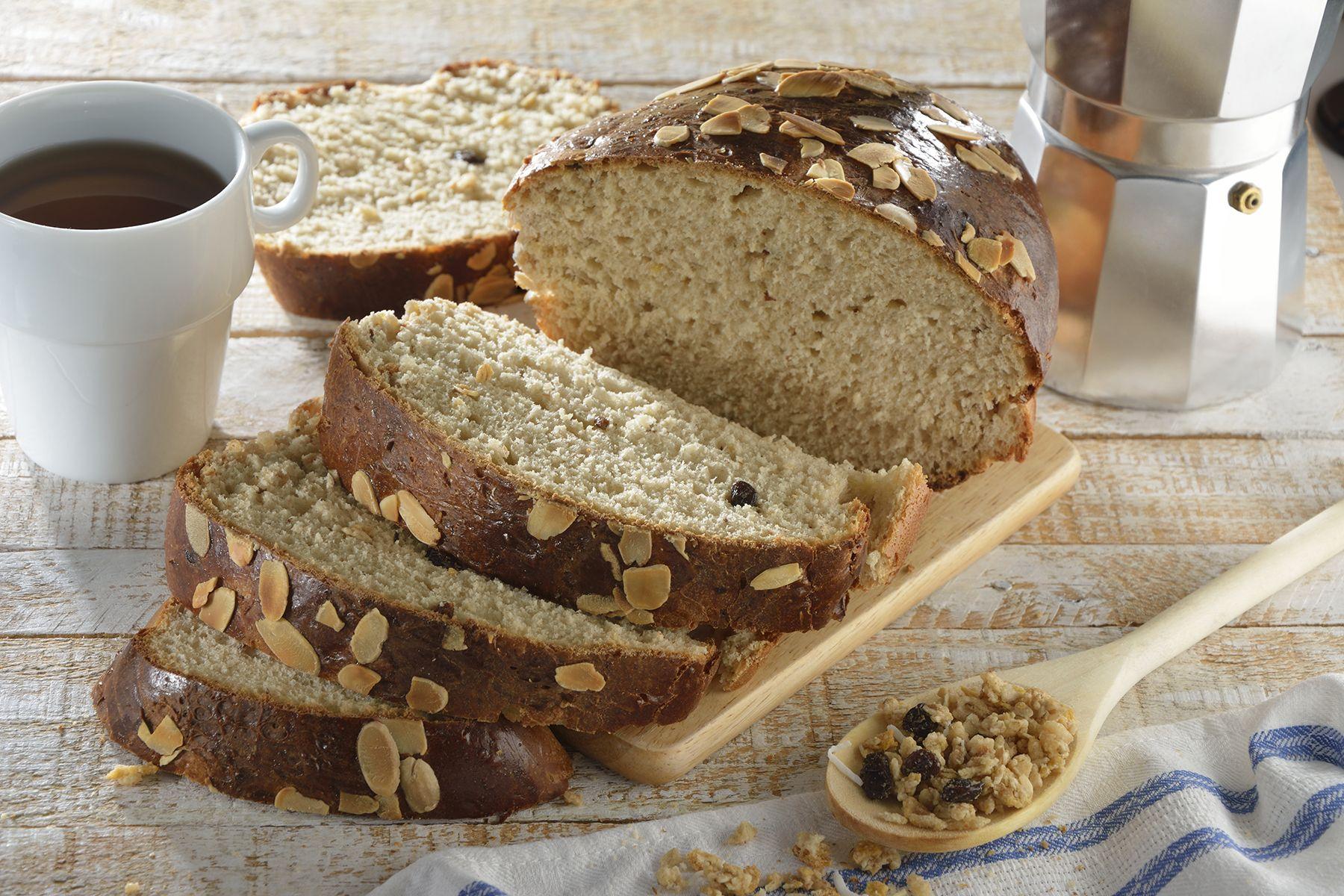 Éste pan de miel con granola es perfecto para comenzar tus mañanas. Está hecho con Granola Kellogg's® Coco, pasas y miel que le da un delicioso sabor. Tiene un dulce sabor a miel y una textura suave y esponjosa. Que mejor forma de comenzar las mañanas que con un pan hecho en casa.