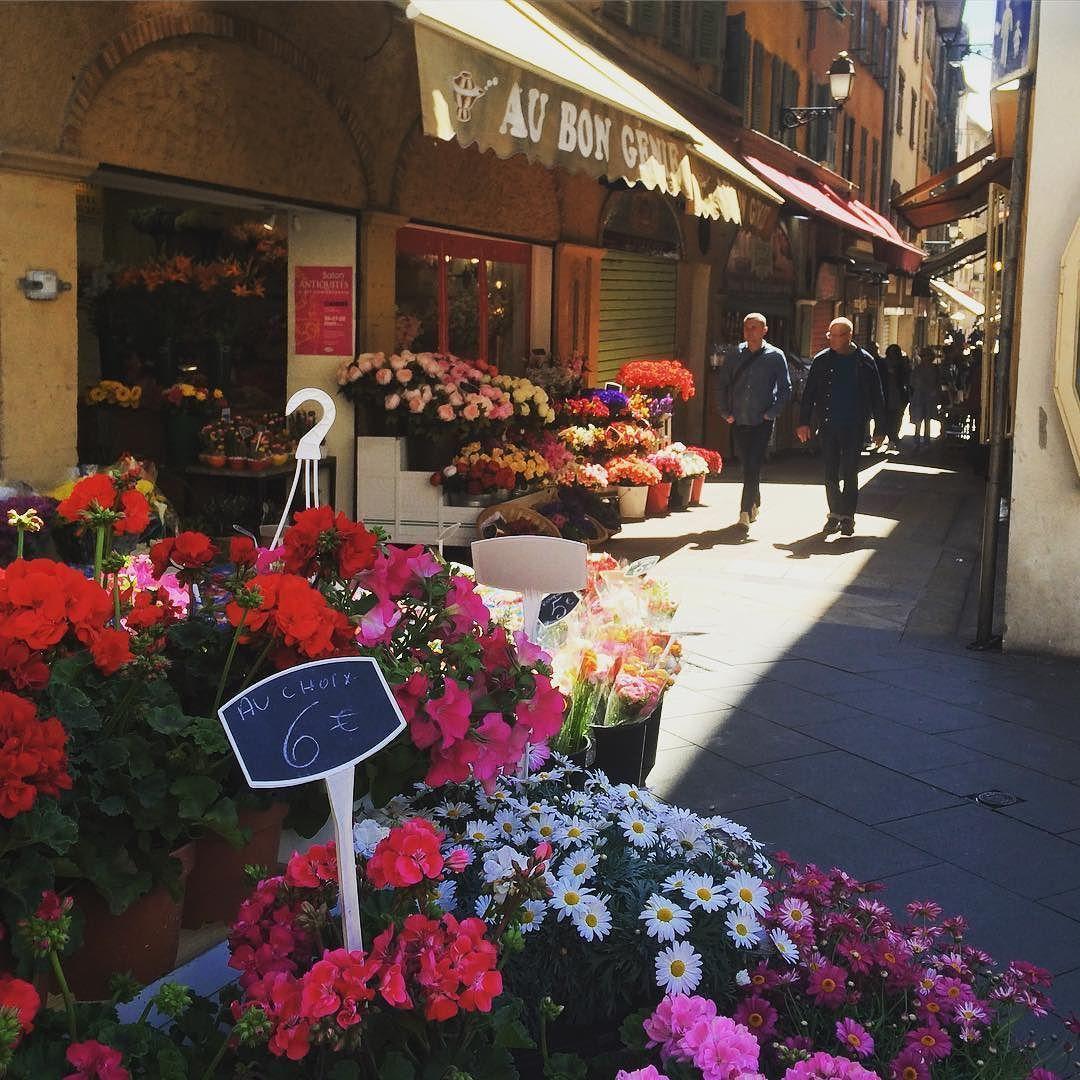 På eventyr i trange gater i Nice   #Nice #france #oldtown #wanderlust #exploring #flowermarket #market #adventure #traveltheworld #utpåturaldrisur #travel #livetsmiler #enjoylife by elisemh95
