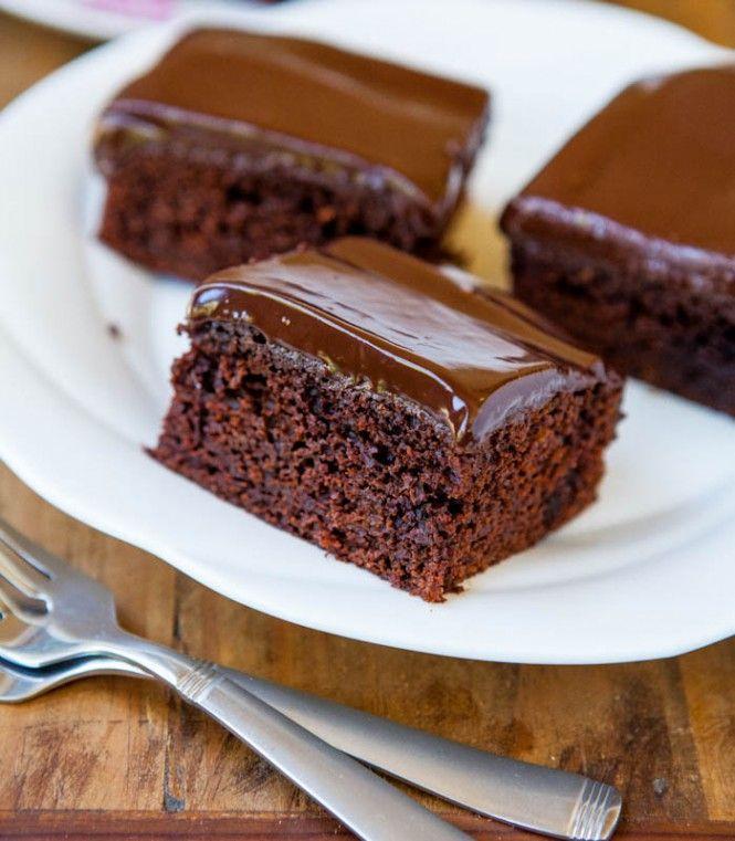 Hľadáte jednoduchý recept na nejakú tú sladkú dobrotu? Tak to sa vám bude páčiť recept, ktorý si dnes spoločne predstavíme. Jedná sa o čokoládovú tortu, ktorú zvládnete pripraviť už v priebehu niekoľkých minút. Rýchla príprava mu ale rozhodne neuberá na chuti! Pochutí si na ňom celá vaša rodina! ingrediencie 1 šálka cukru 1 šálka múky (poluhrubej) 1 šálka mletých lieskových