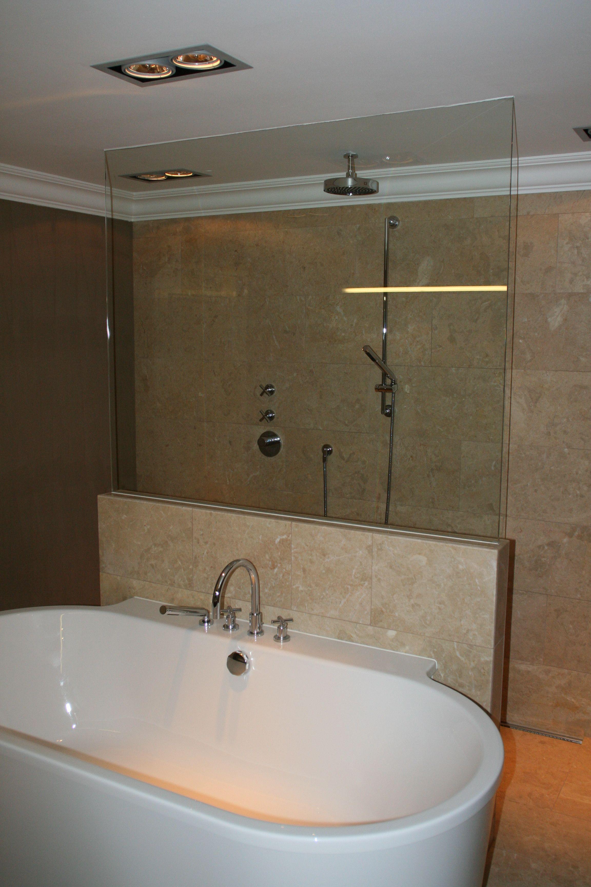 Inloopdouche betegeld met natuursteen voorzien van een stortdouche en halve glazen - Badkamer betegeld ...