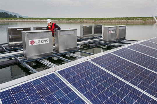 Lg Cns Staff Inspecting The Power Integrated Wireless Module Connections And Floating Photovoltaic Modules Photovoltaic Module Photovoltaic Solar Power Plant