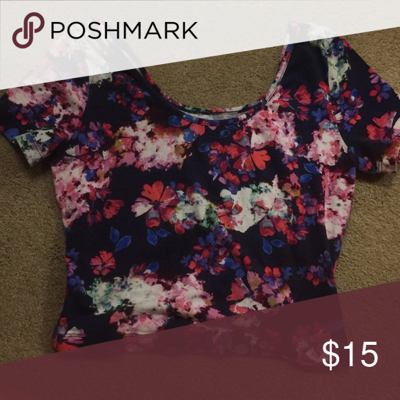💘Decree crop top💘 Cute and stylish flower crop top. Super soft and perfect condition 💜 Decree Tops Crop Tops