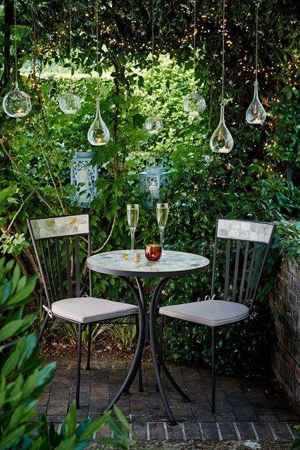 Kleine Gartenideen -  Pendelleuchten sind eine schöne und einfache Möglichkeit, im Garten Stimmung zu schaffen.  - #cottagegardenideas #diygardenvegetable #diysmallgardenideas #gartenideen #kleine