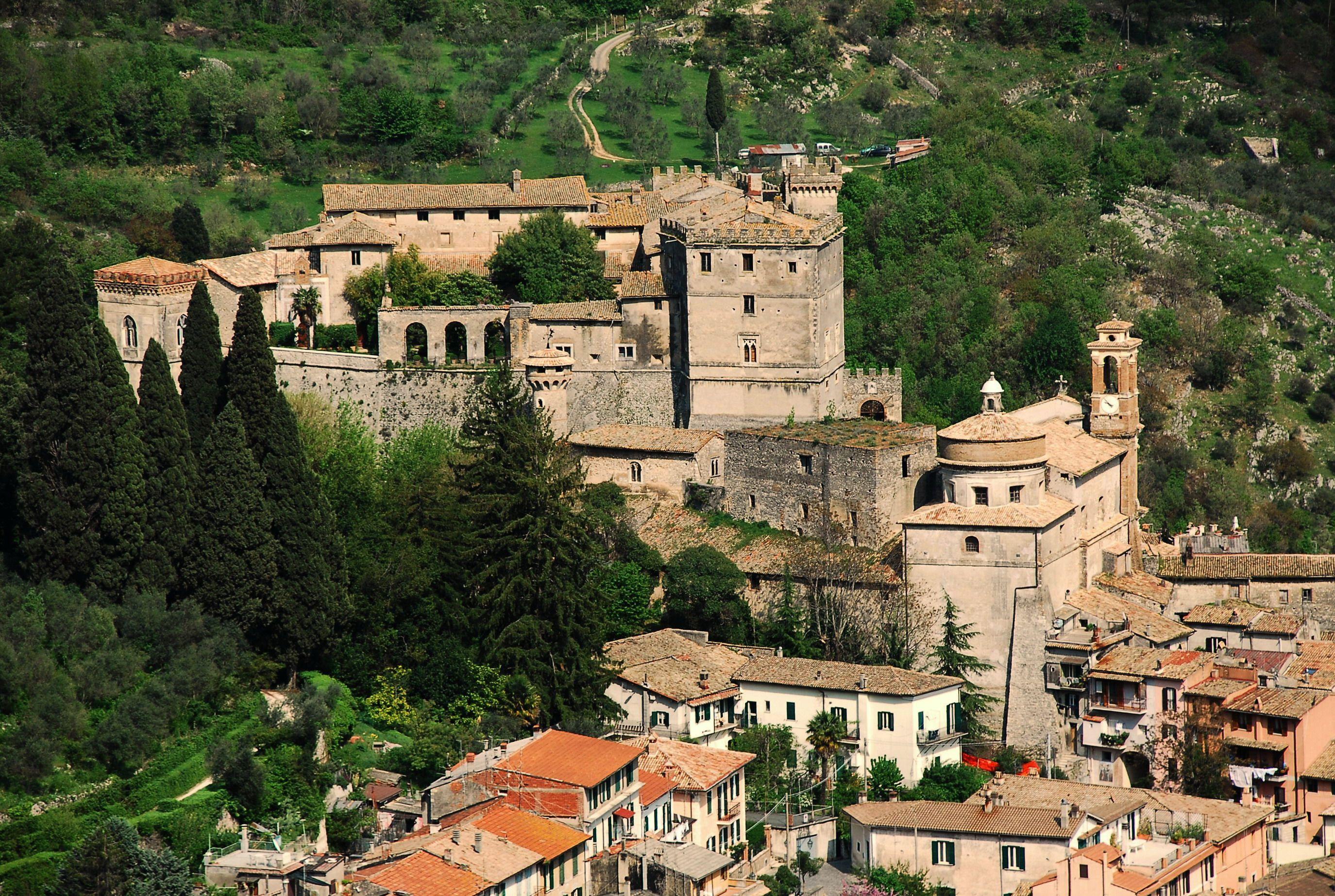 Borgo di Lubriano in provincia di Viterbo sorge su un cucuzzolo tufaceo nella valledeicalanchi Borghi del Lazio