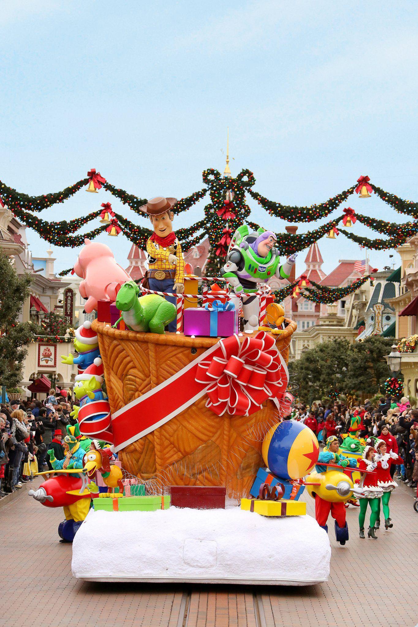 Disney's Christmas Parade Disneyland Paris