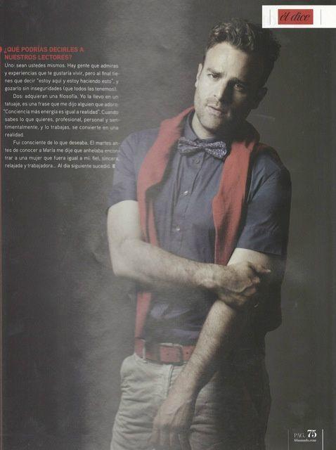 En la @revista_bbmundo Max Villegas, pantalón gris de mezclilla y camisa manga corta azul marino de Patrizia Pepe