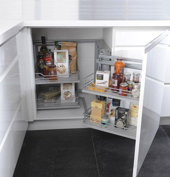 Le volume du meuble du0027angle est optimisé grâce au rangement - amenagement placard d angle cuisine