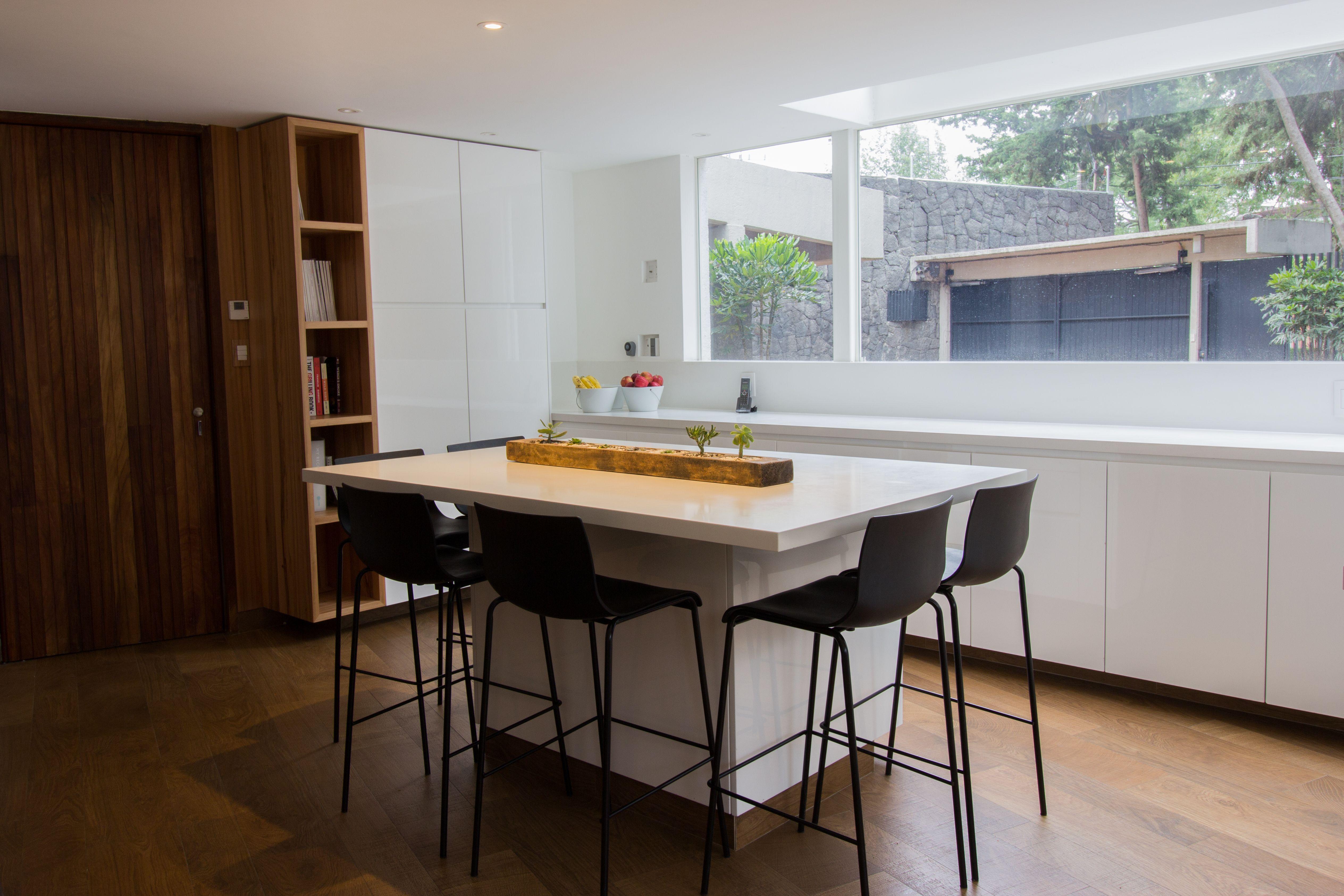 Isla desayunador en cocina blanca con torre de nichos de for Desayunador cocina comedor
