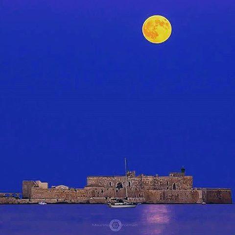 I Liked this Instagram: Guardate la luna che meravigliosamente illuminato la nostra bellissima città. Bellissima foto di @maurizioformati  ------------------------------------- Usa l'hashtag siracusamente per arricchire la nostra gallery. --------------------------------------- Visita il sito www. Siracusamente.com per scoprire i contenuti e la foto più bella della settimana . ------------------------------------- Ogni giovedì verrà scelta la FOTO DELLA SETTIMANA e pubblicata permanentemente…