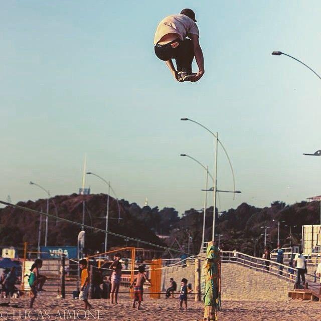 Quem disse que nao podemos VOAR? #slackline #wecanfly #slacklife #trickline #slackbeach #slackprasempre #slackclick  Atleta: Nico Aimone Foto: Lucas Aimone Playa Deporte - Viña del Mare, Chile